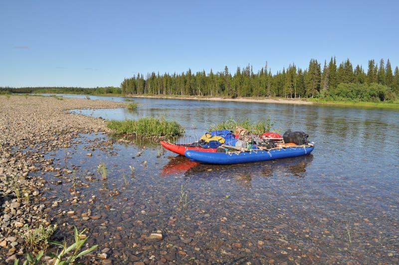 Catamaran dla flisactwa na tajgi rzece zdjęcia stock