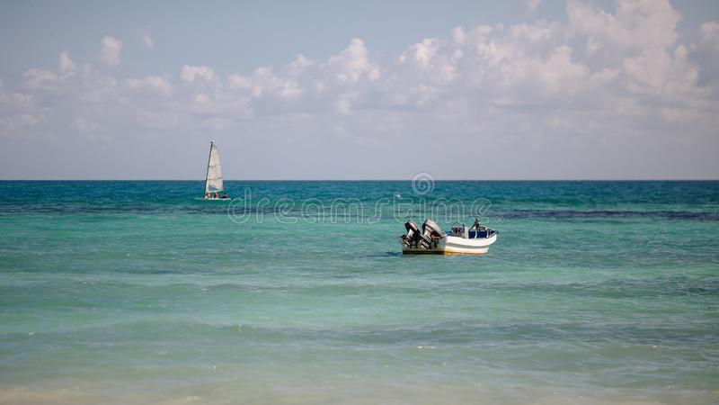 Catamaran het varen en het duiken boot in de Caraïbische Zee mexico stock afbeeldingen