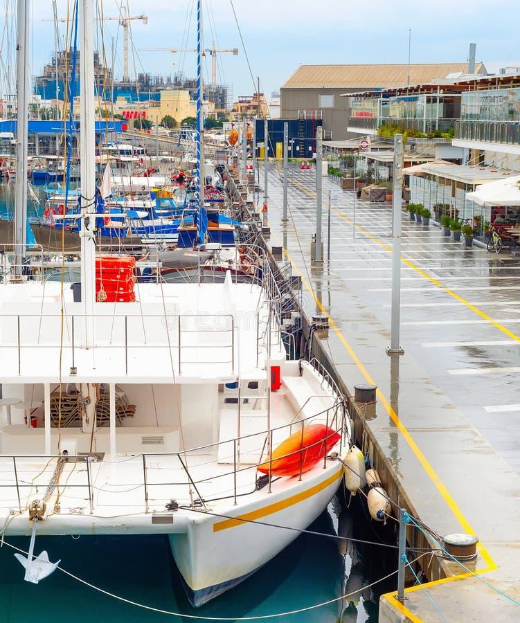 Catamaran, jachten, marina, Limassol, Cyprus royalty-vrije stock afbeeldingen