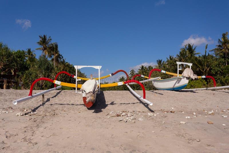 Catamaran na sławnej piaskowatej Nusa Penida kryształu plaży obrazy royalty free