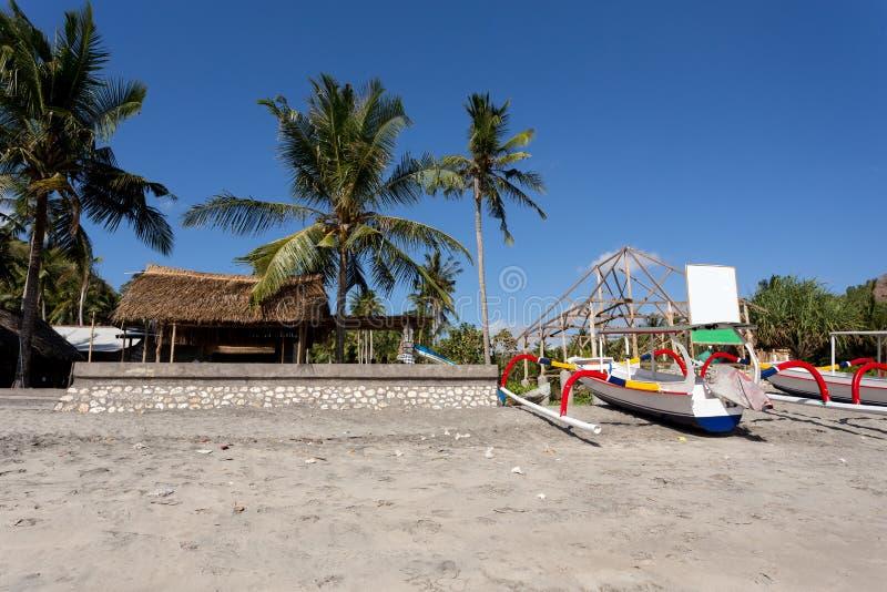 Catamaran na sławnej piaskowatej Nusa Penida kryształu plaży obrazy stock