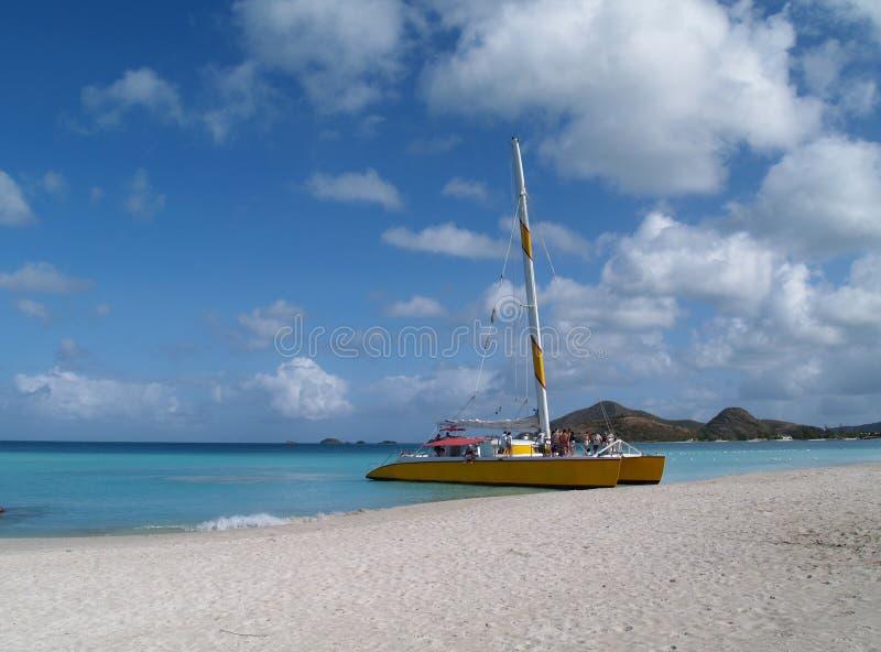 Catamaran op heel Strand, Antigua Barbuda royalty-vrije stock fotografie