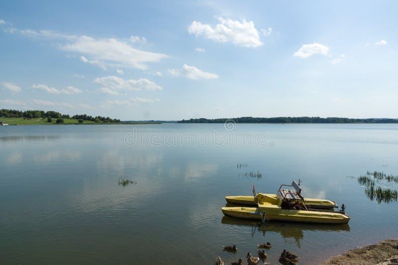 Catamaran op het meer royalty-vrije stock foto's