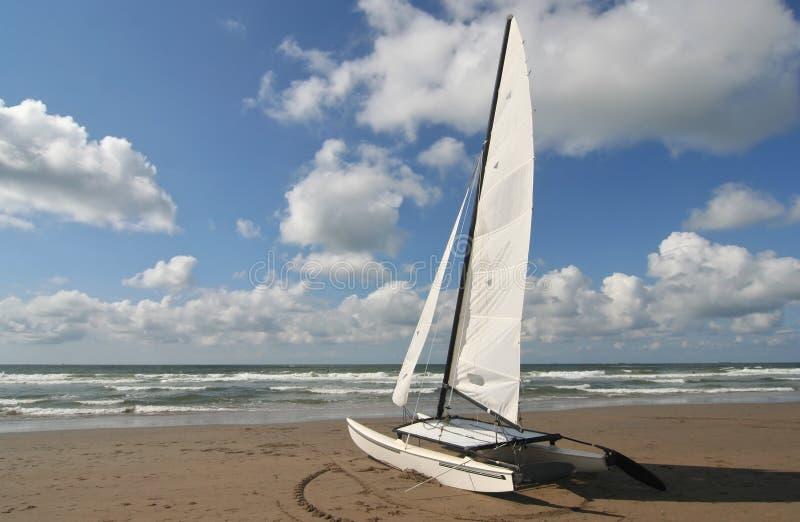 Catamaran op het Strand royalty-vrije stock fotografie