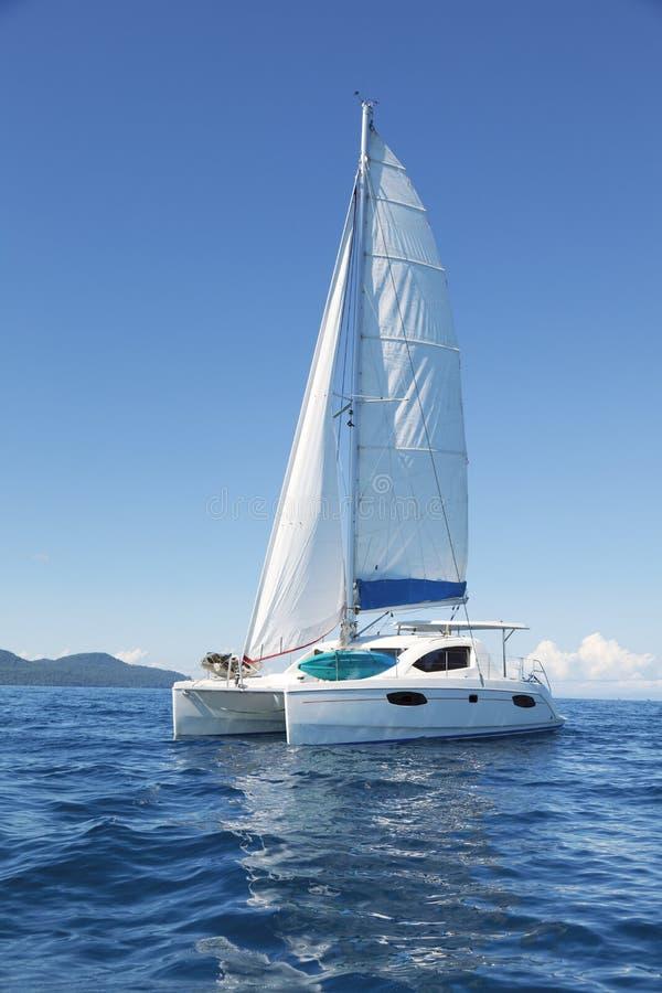 Catamaran op zee royalty-vrije stock afbeelding