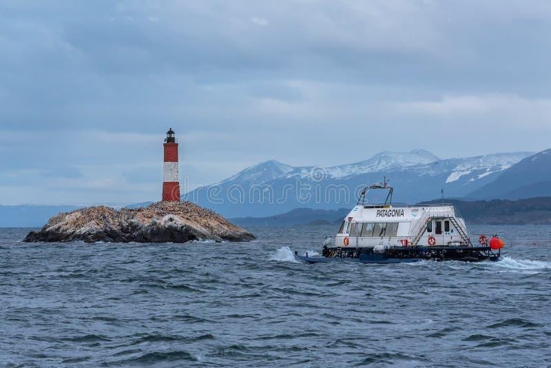 Catamaran plein avec des touristes naviguant au canal de briquet photos libres de droits