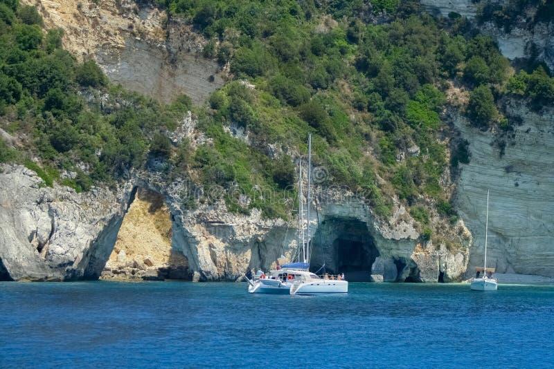 Catamaran près des cavernes de mer images stock