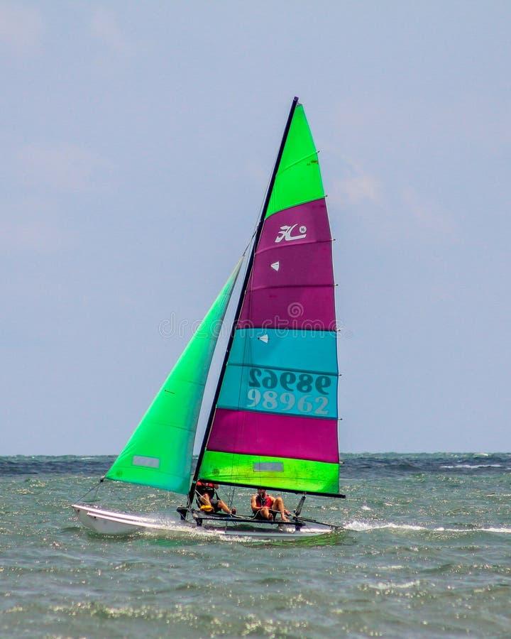 Catamaran sur la plage de folie photographie stock libre de droits