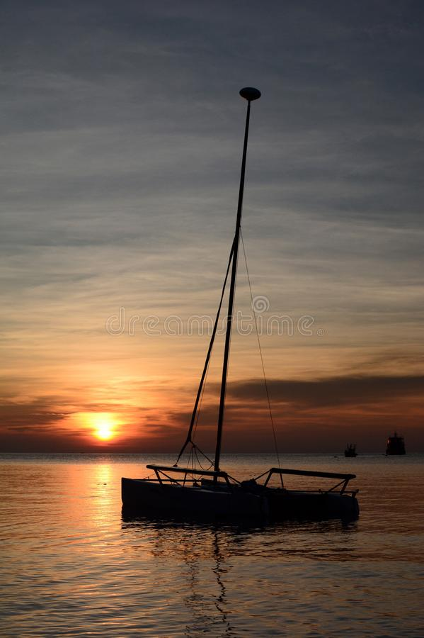Catamaran sylwetka przy zmierzchem Sairee plaża koh Tao Surat Thani prowincja Tajlandia obraz stock