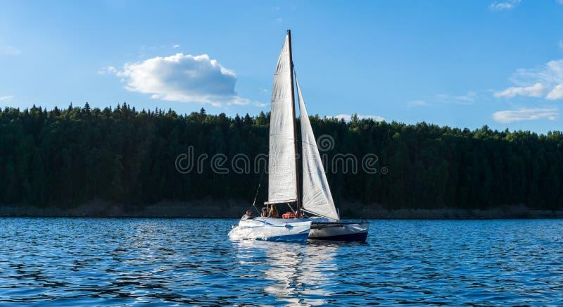 Catamaran varende boot op de achtergrond van de kust stock afbeeldingen
