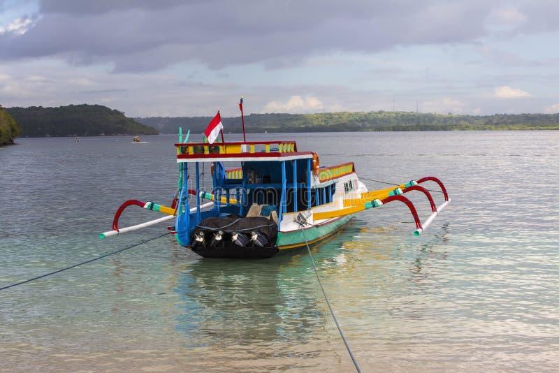 Catamaranes de Turistic en la playa, Nusa Penida, Indonesia imagen de archivo