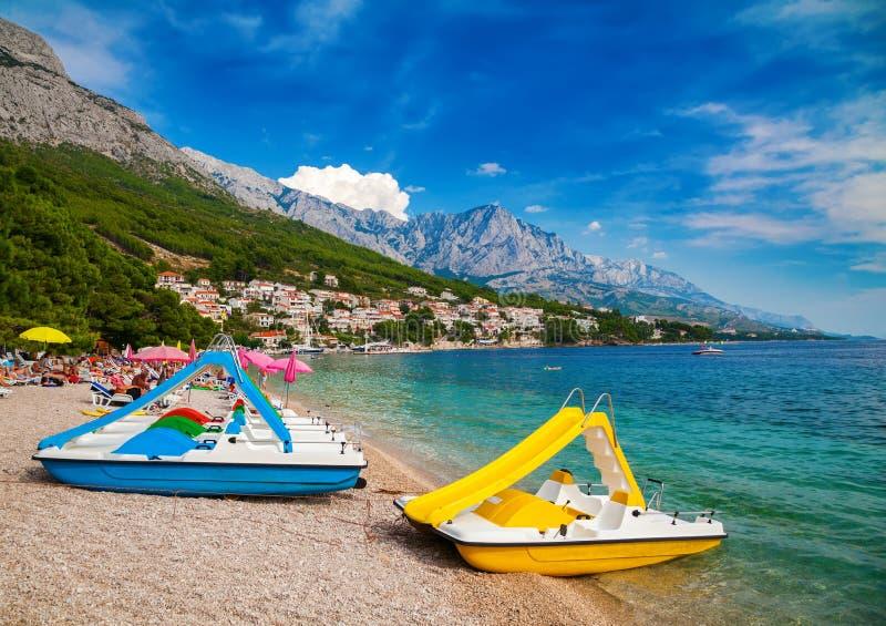 Catamarani su una bella spiaggia in Brela fotografia stock libera da diritti