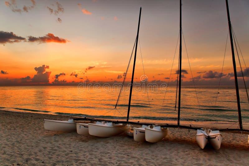 Catamarani sulla spiaggia di Varadero al tramonto fotografie stock