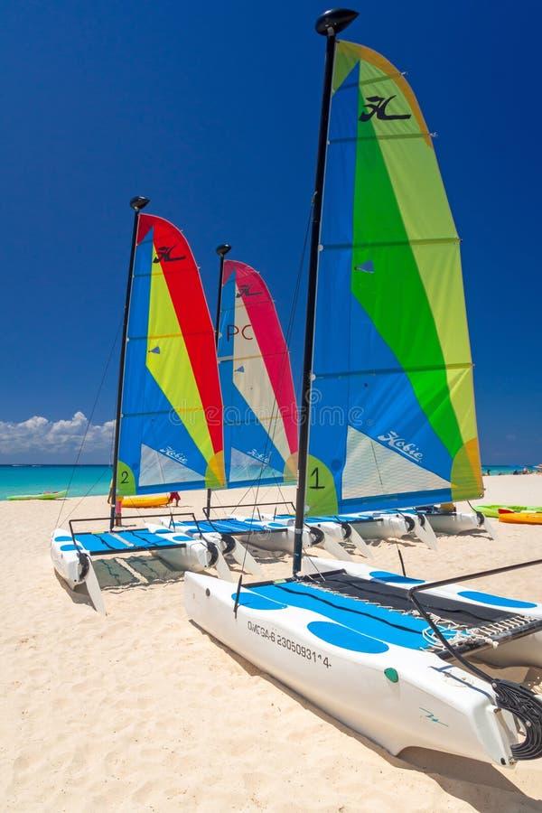 Catamarani variopinti della vela sulla spiaggia di Playacar al mar dei Caraibi del Messico fotografia stock libera da diritti