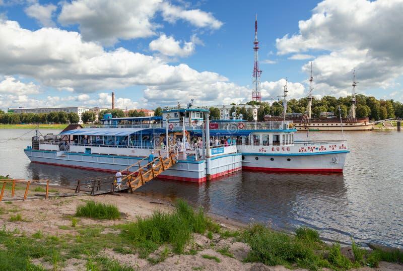 Catamarano del passeggero di crociera del fiume al attraccato sul fiume di Volchov immagini stock