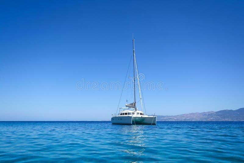 Catamarano di navigazione fotografie stock libere da diritti