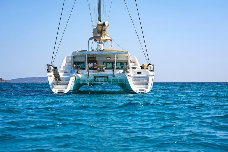 Catamarano di navigazione in acque blu del mar Egeo immagini stock