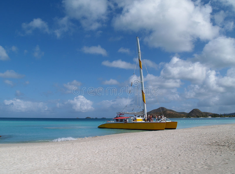 Catamarano sulla spiaggia allegra, Antigua Barbuda fotografia stock libera da diritti