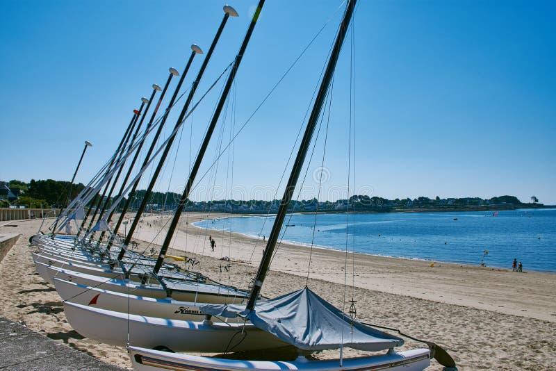 Catamarans żeglowanie szkoła przy Benodet wyrzucać na brzeg obraz royalty free