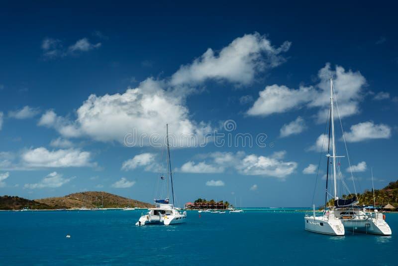 Catamarans dans les eaux tropicales de turquoise en Îles Vierges britanniques image libre de droits