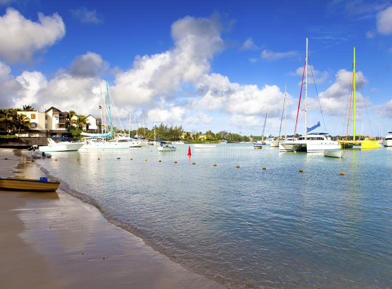 Catamarans i łodzie w zatoce Uroczysta zatoka (Uroczysty Baie) Mauritius obraz stock