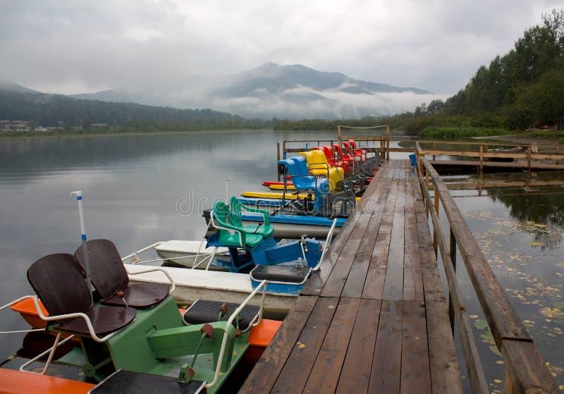 Catamarans na jeziorze przy cumowaniem obrazy stock