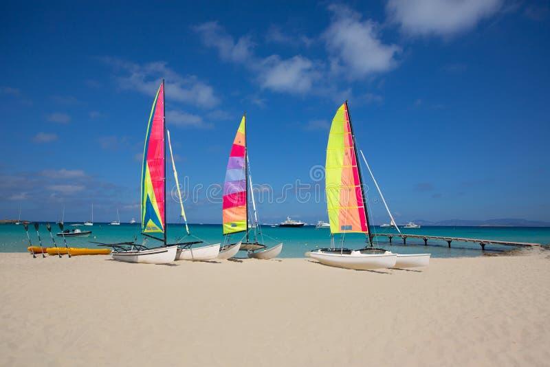 Catamaranzeilboten in het strand van Illetes Formentera stock afbeelding