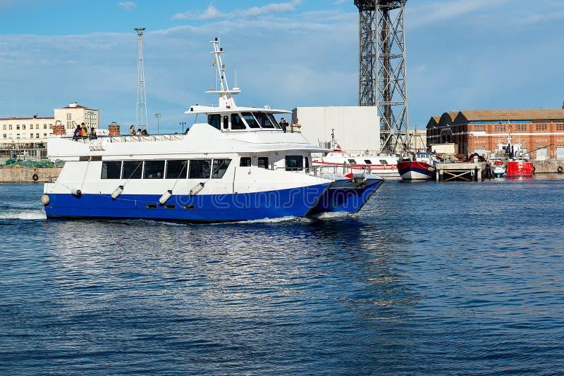 Catamaranzeilen aan de haven van Barcelona, Spanje - Mei 13, 2018 stock foto's
