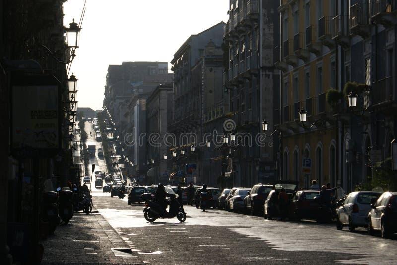 Catane : Rue escarpée pendant la fin de l'après-midi image libre de droits