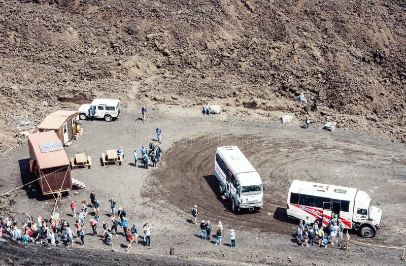 """Catanië, Sicilië, Italië †""""10 augustus, 2018: bussen met toeristen op Onderstel Etna, actieve vulkaan stock foto"""