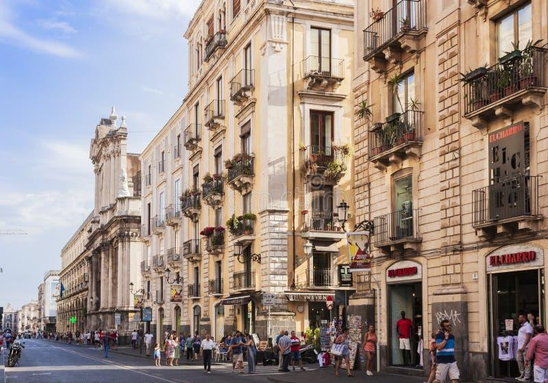 """Catanië, Sicilië, Italië †""""08 augustus, 2018: de mensen lopen op de hoofdstraat van de stad, via Etnea stock afbeeldingen"""