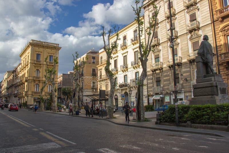 Catanië via etneamening van het park, de historische gebouwen, het oude standbeeld en het stadsleven royalty-vrije stock fotografie