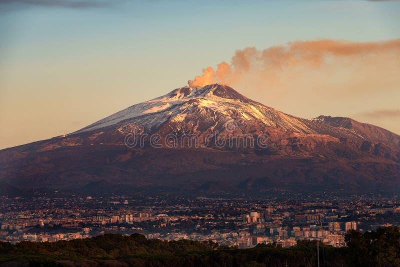 Catania e montagem Etna Volcano - Sicília Itália foto de stock royalty free