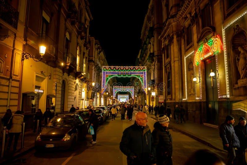 Catania, Italia - 8 02 2019: Decoraciones de las luces de calle durante las celebraciones de Agatha del santo en Catania, Italia imagen de archivo