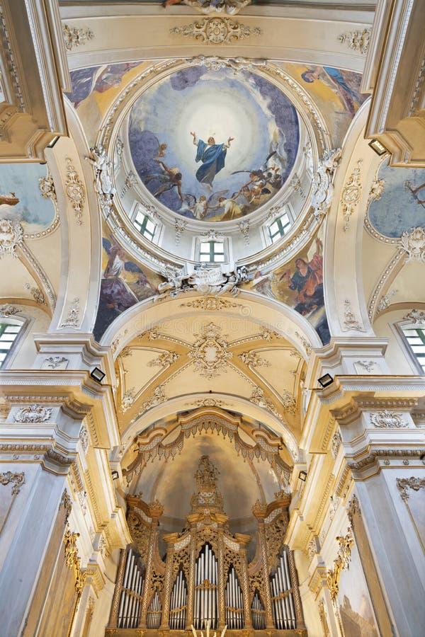 CATANIA, ITALIEN, 2018: Fresco of Assumption of Virgin Mary och fyra evangelister i kupola i kyrkan Basilica Maria Santissima arkivbild