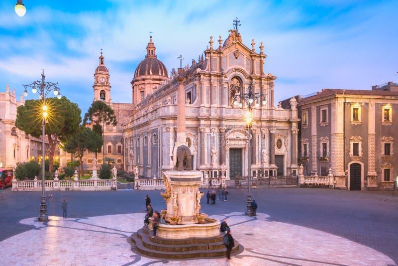 Catania katedra przy noc?, Sicily, W?ochy fotografia stock