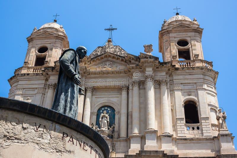 Catania kyrktar Santo Francesco och statyn av Cardinale Dusmet royaltyfria bilder