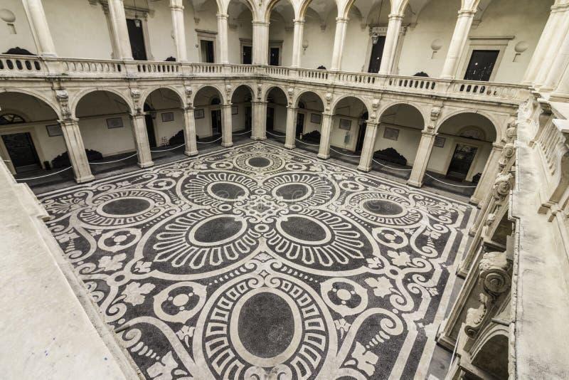 Catania, praça UniversitÃ, chiostro foto de stock