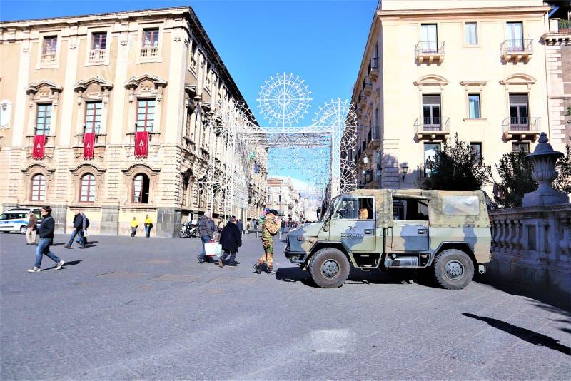 Catania - Sic?lia Italy 31 DE JANEIRO DE 2019 Ve?culo militar e soldado foto de stock
