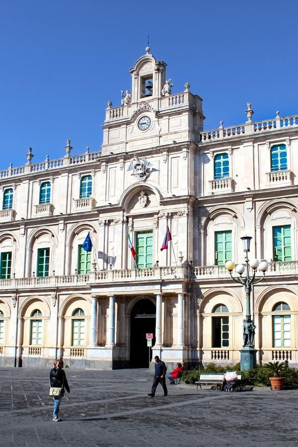 Catania, Sicilia, Italia - 10 de abril de 2019: Edificio barroco hermoso de la universidad de Catania situado en la ciudad vieja imagenes de archivo