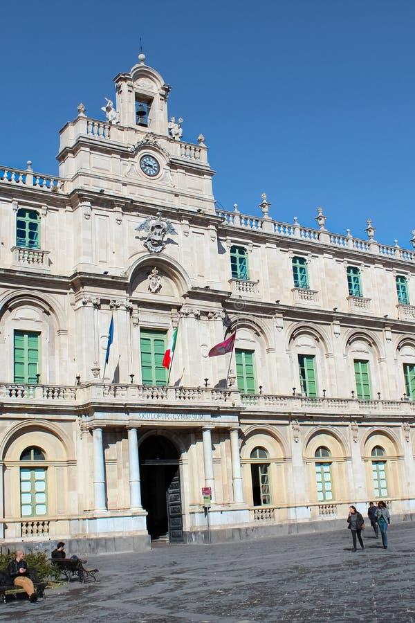 Catania, Sicilia, Italia - 10 de abril de 2019: Edificio hist?rico hermoso de la universidad de Catania construido en estilo barr foto de archivo