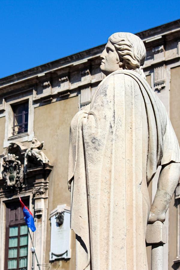 Catania Włochy, Apr, - 10th 2019: Pionowo fotografia chwyta antyczną rzeźbę na Barokowej Catania katedrze z zamazanym urząd miast zdjęcia royalty free