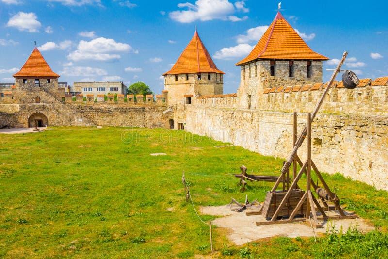 Catapult o trebuchet na fortaleza velha no rio Dniester no dobrador da cidade, Transnistria Cidade dentro das beiras de imagens de stock
