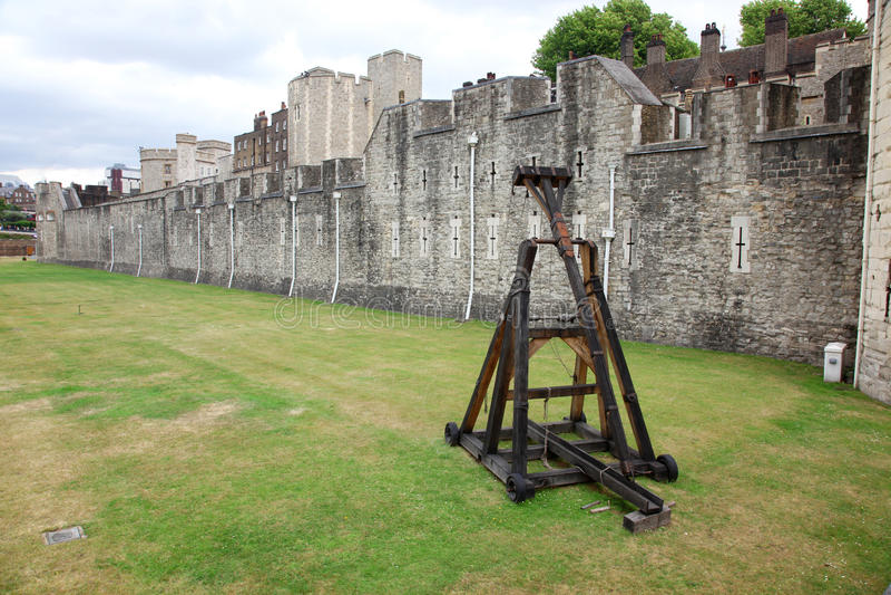Catapulta da batalha na torre de Londres fotografia de stock