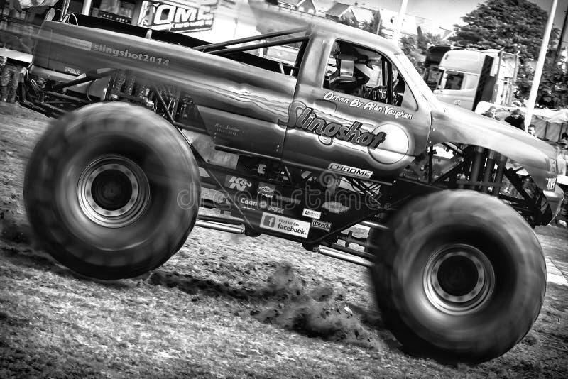 Catapulta del monster truck en la acción de la velocidad completa en Truckfest foto de archivo