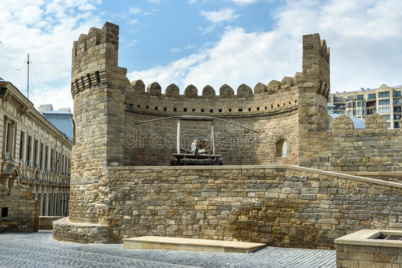 Catapulte médiévale antique à la tour de la forteresse dans la vieille ville, Bakou photographie stock