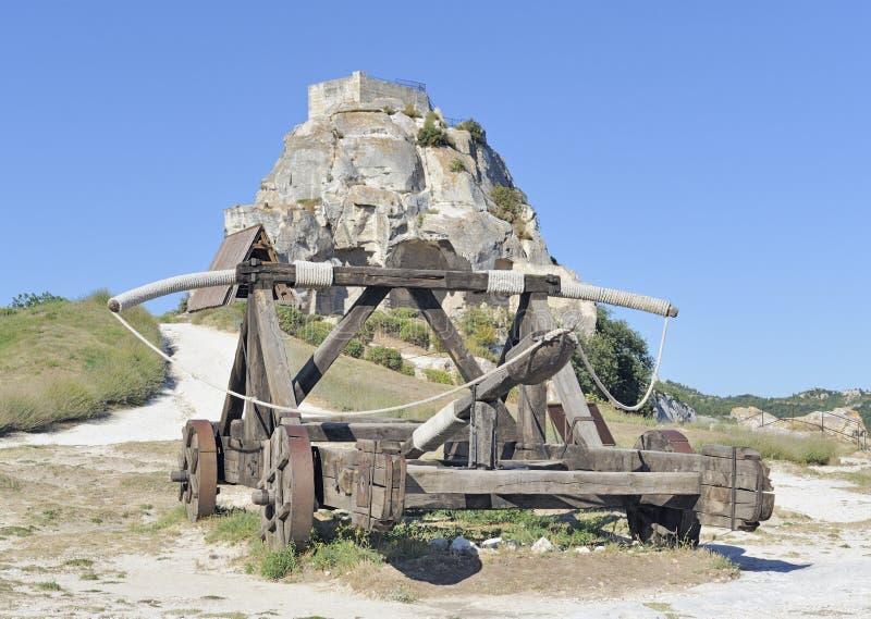 Catapulte médiévale devant le château de sommet image stock