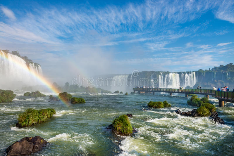 Cataratasen av Iguacu ( Iguazu) nedgångar som lokaliseras i Brasilien royaltyfri bild