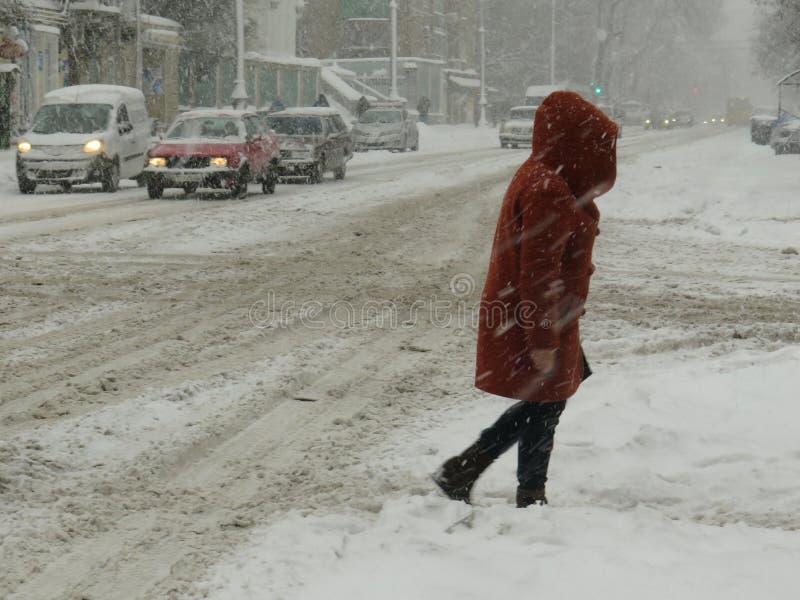 Catastrophes naturelles obscurcies hiver, tempête de neige, routes de voiture de ville paralysées par chute de neige importante,  images libres de droits