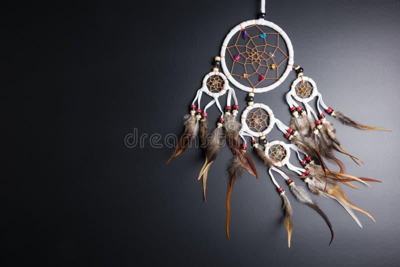 Catcher ονείρου με τα φτερά περνά κλωστή και διακοσμεί στο spiri ένωσης σχοινιών με χάντρες στοκ εικόνα